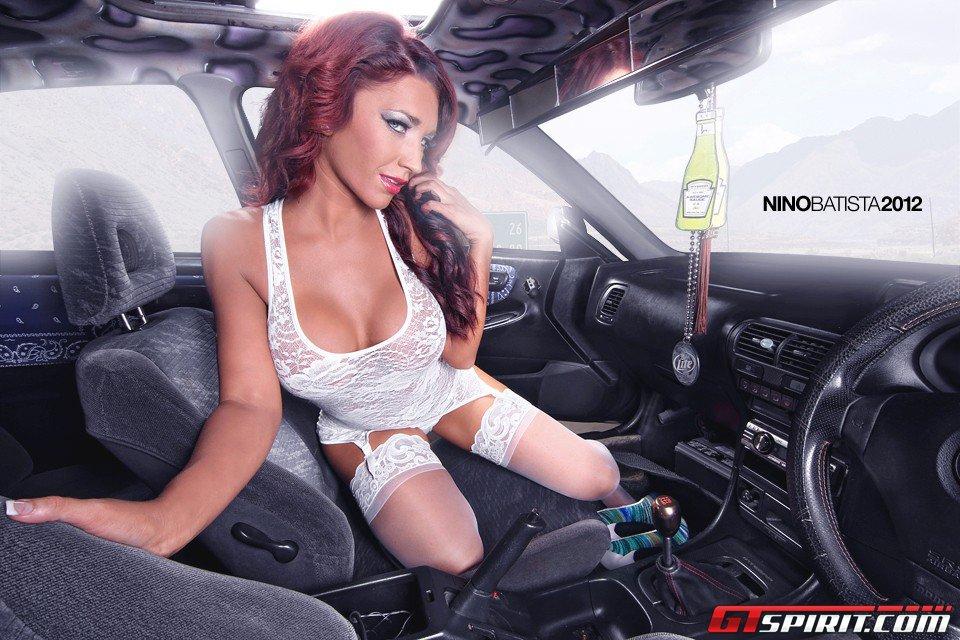 Показала сиськи в машине видео сайтец